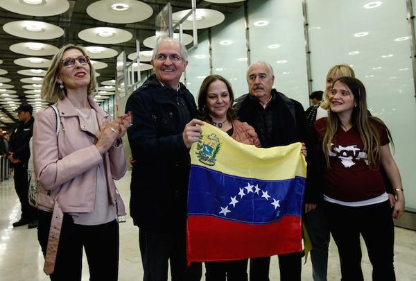 Opositor venezolano Ledezma llega a Madrid desde Colombia