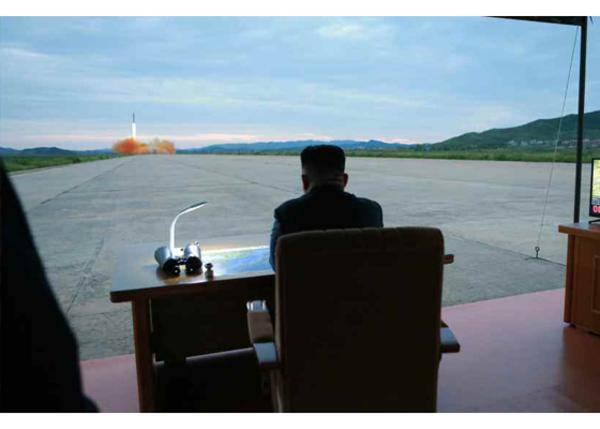 Captan a un Kim Jong Un sonriente tras lanzamiento de misil
