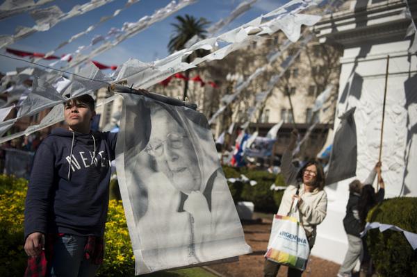 Madres de plaza de mayo: Dos mil rondas contra el olvido