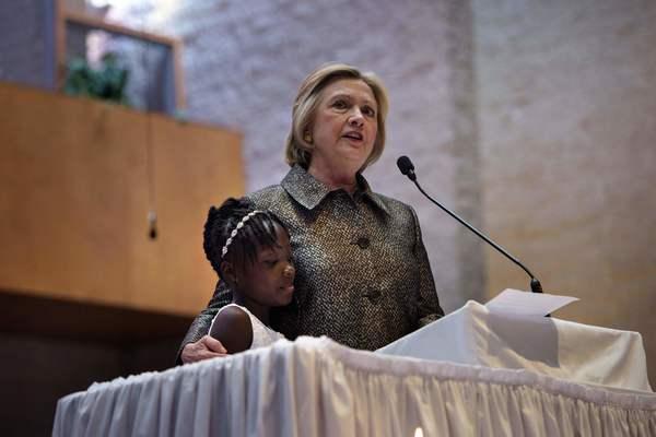 Hillary Clinton intenta curar las heridas de la comunidad negra