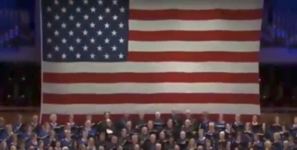 Trump tuitea un video de un coro cantando su eslogan