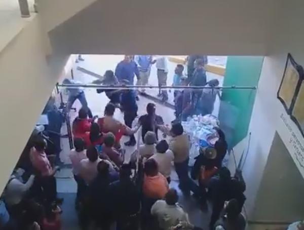 Burócratas de Oaxaca se  disputan el poder a golpes