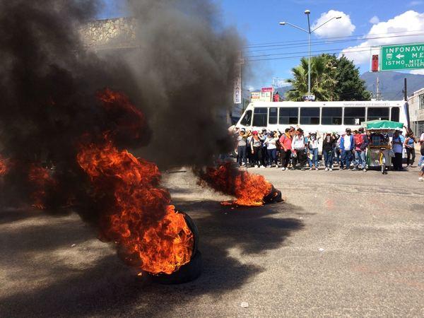 Normalistas toman camiones y queman llantas en crucero