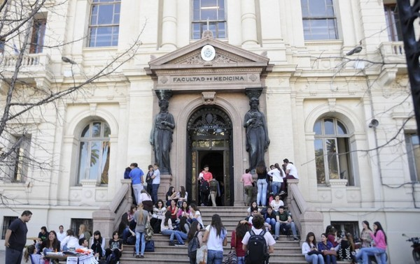 Suspenden a estudiantes de medicina por llevar cadáver a fiesta