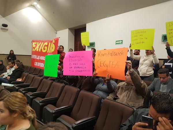 Irrumpen manifestantes en comparecencia del IEA