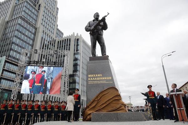 Moscú erige una estatua en homenaje al inventor del kalashnikov