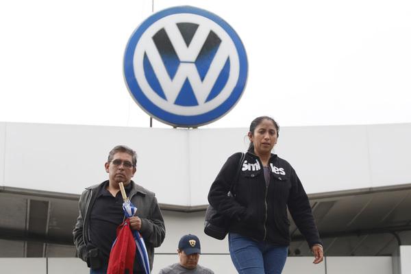 Rechazan obreros de VW aumento de 3%