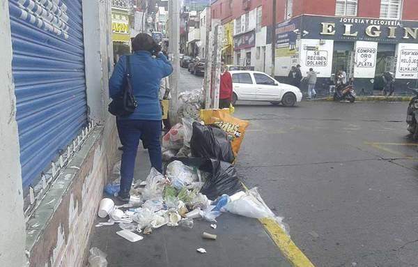 Exhiben a los que tiran basura fuera de horario