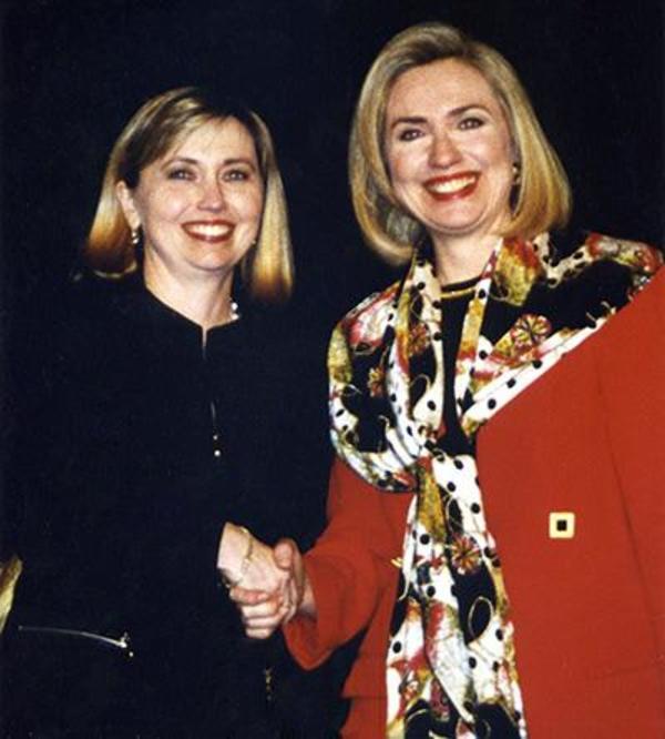¿Por qué las teorías sobre la doble de Clinton son falsas?