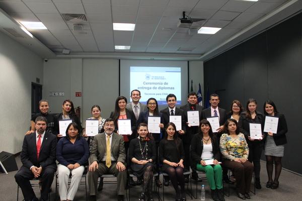 Entregan diplomas a técnicos chilenos