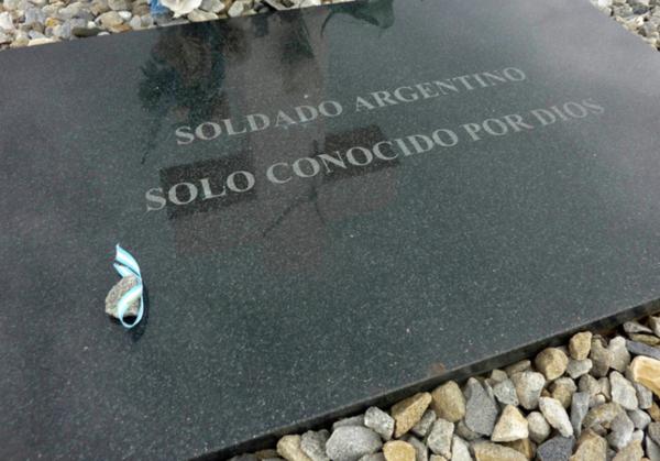"""Exhuman restos de soldados argentinos """"sin nombre"""" en Malvinas"""