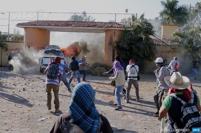 Maestros derriban puerta de casa del gobernador de Guerrero