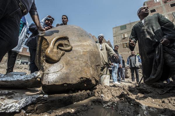 Descubren estatuas gigantes en fosa egipcia de 3,000 años