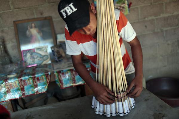 Mexicanos se resisten a dejar pirotecnia pese a explosión en Tultepec