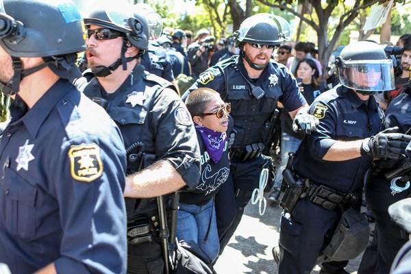 Trump autorizará polémica venta de equipo militar a la policía