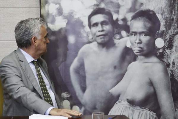 Desnudo indígena gana Vs Facebook