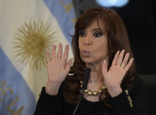Kirchner vuelve a Buenos Aires para declarar ante juez arropada por miles