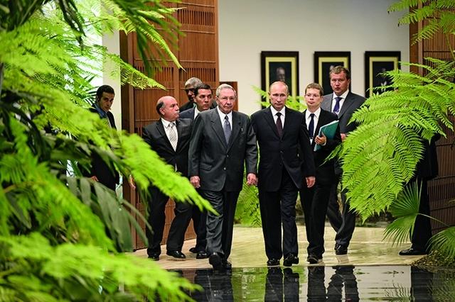 El chachachá de Putin y Castro