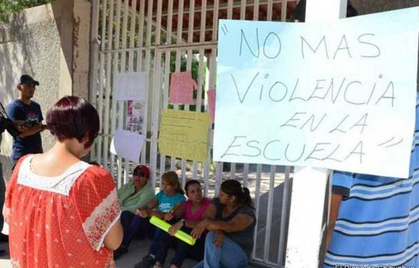 Padres de familia toman escuela, denuncian bullying
