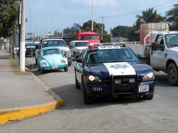 Podrán municipales multar por invadir carril confinado