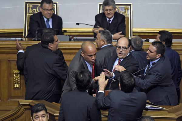 Oposición asume mando de Congreso de Venezuela en tensa sesión