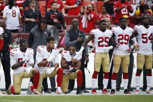 """Todos los jugadores """"deberían"""" mantenerse de pie durante himno: NFL"""