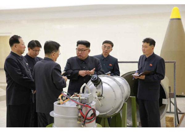 Kim Jong Un posa junto a una bomba de Hidrógeno