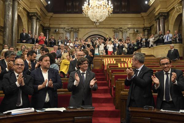 El parlamento de Cataluña lanza desafío independentista a Madrid