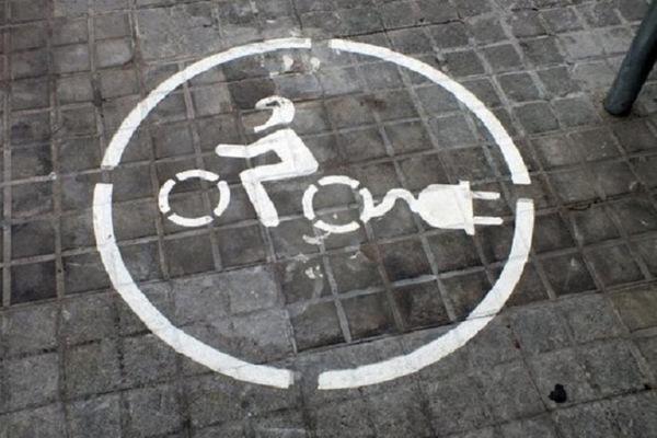 Busca romper récord cruzando EE.UU. en bicicleta eléctrica