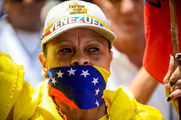 Opositores marchan en Caracas y exigen libertad a presos políticos