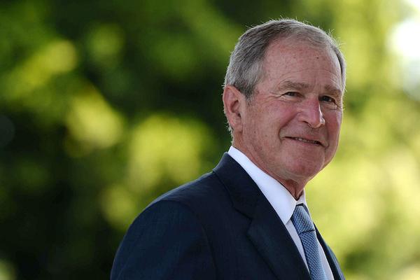 El expresidente Bush arremete contra Trump