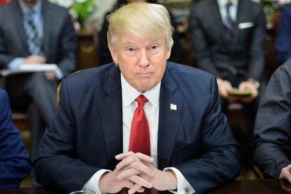 Trump dice que considera posibilidad de emitir nuevo decreto sobre migración