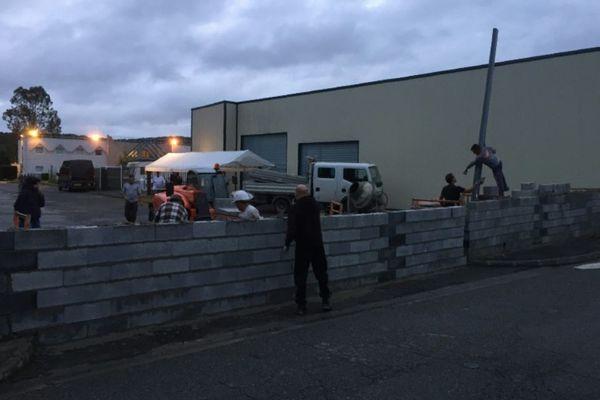 Derrumban muro antimigrantes en Francia