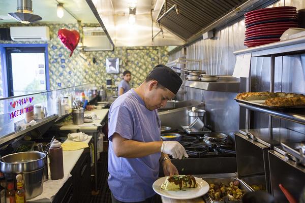 Hispanos en la cocina: la receta secreta con la que Trump genera empleos