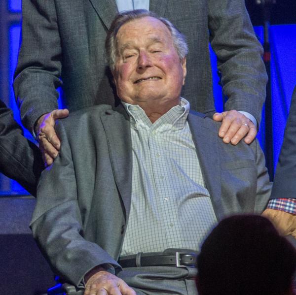 Acusan a George Bush padre de manosear a actriz