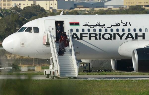 Liberan a pasajeros de avión libio secuestrado