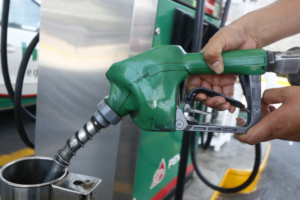 Después de bajar precios, gasolinería reta a despachar litros completos