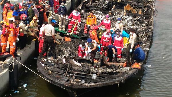 Al menos 23 muertos en incendio en un barco en Indonesia
