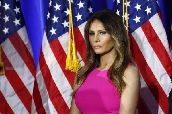 """Melania Trump reitera demanda contra diario que la llamó """"escort"""""""