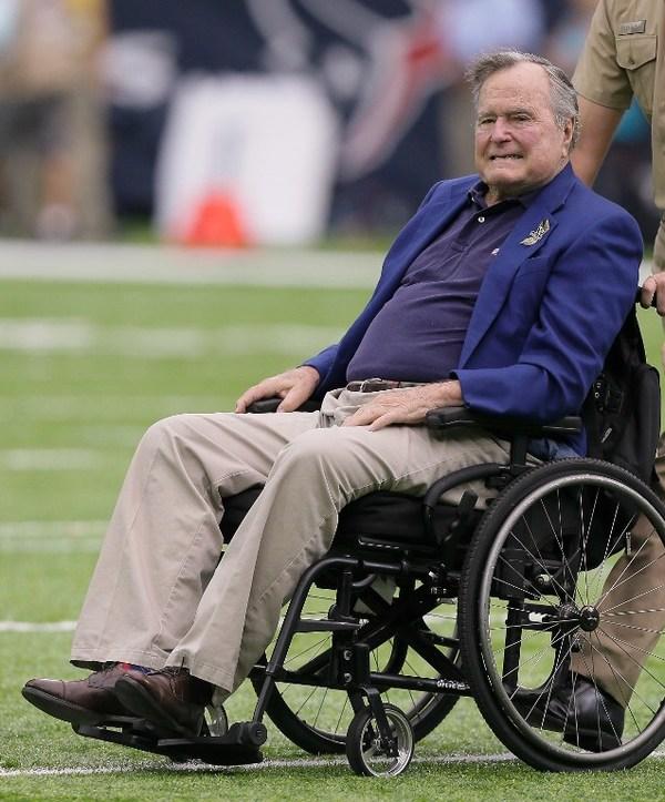 Hospitalizan a George Bush padre y su esposa por neumonía