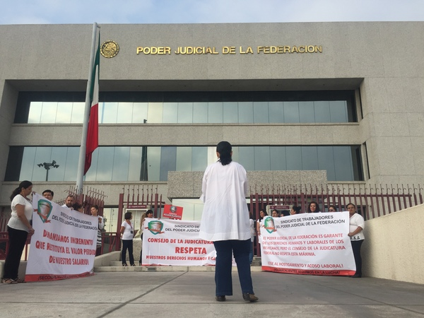 Protestan trabajadores contra despido exprés en Poder Judicial