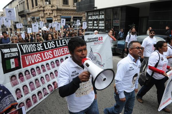 Padres de Ayotzinapa replican al Presidente con #Contrainforme