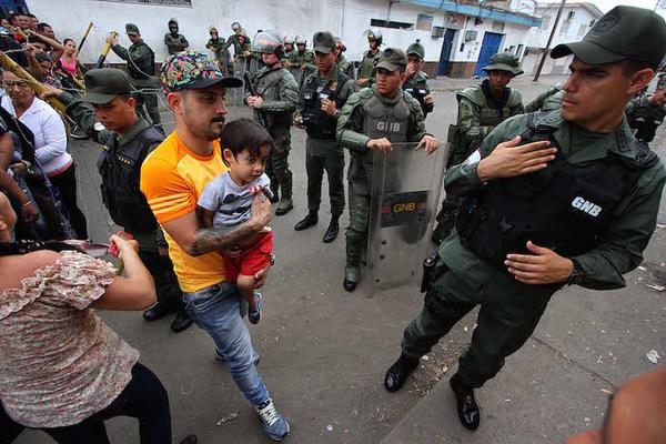 Venezuela entre militares, protestas y toque de queda