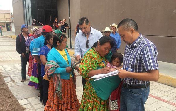Atiende Registro Civil a tarahumaras…pero en la calle