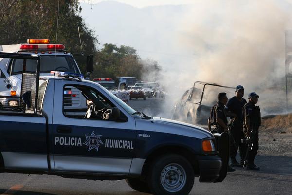 Detienen a 42 policías de Zihuatanejo por nexos con el narco