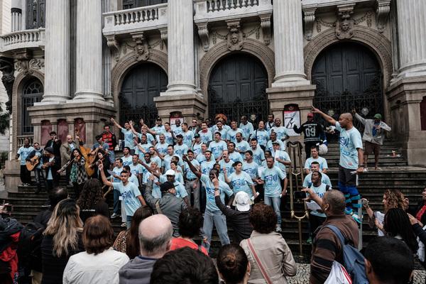 Coro de excluidos aprovecha Juegos Olímpicos para hacerse oir