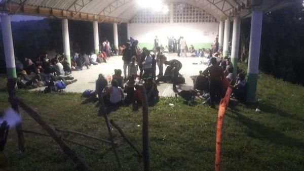 Abandonan camión con 147 migrantes centroamericanos en Veracruz
