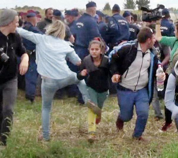Periodista ofrece disculpas por patear a refugiados