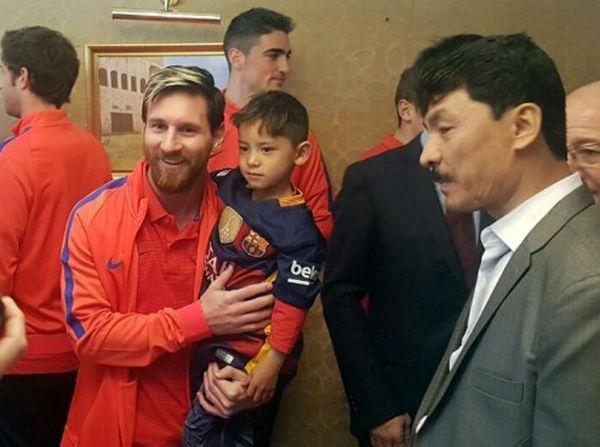 Niño afgano cumple su sueño y conoce a Messi