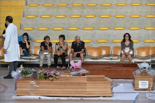 Sobrevivientes de sismo en Italia temen quedar aislados